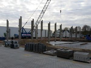 3 Generatie's Jan Deckers plaatsen de laatste paal van de nieuwbouw Ammerzoden.