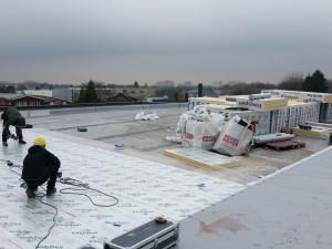 Op het dak wordt hard gewerkt.
